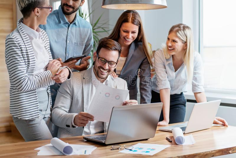 Επιχειρηματίες που εργάζονται μαζί ομαδικά στοκ εικόνα με δικαίωμα ελεύθερης χρήσης