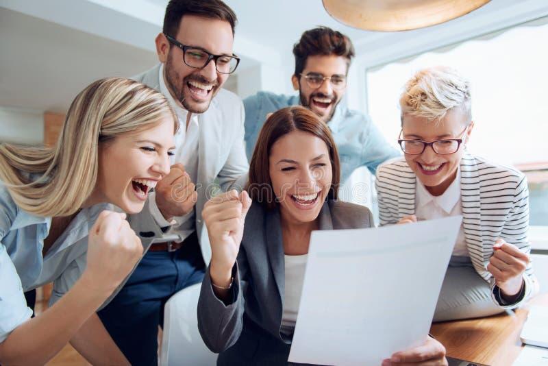 Επιχειρηματίες που εργάζονται μαζί ομαδικά στοκ φωτογραφία με δικαίωμα ελεύθερης χρήσης