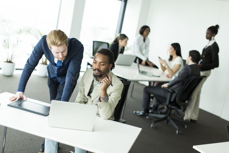 επιχειρηματίες που εργάζονται μαζί στοκ εικόνες