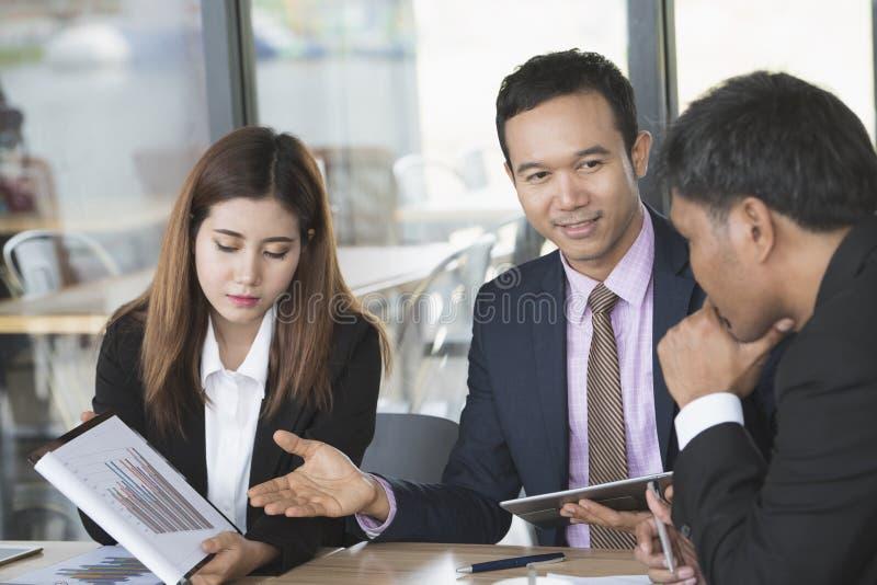 Επιχειρηματίες που εργάζονται στη αίθουσα συνδιαλέξεων στοκ φωτογραφίες