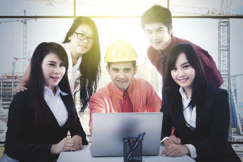Επιχειρηματίες που εργάζονται στο εργοτάξιο οικοδομής στοκ φωτογραφία με δικαίωμα ελεύθερης χρήσης