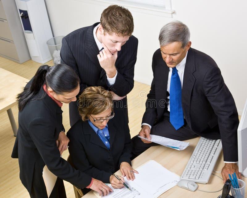 Download επιχειρηματίες που εργά& στοκ εικόνα. εικόνα από εστίαση - 17057433