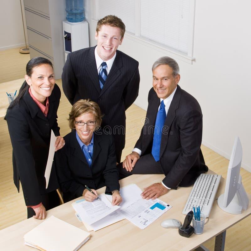 Download επιχειρηματίες που εργά& στοκ εικόνα. εικόνα από χαμόγελο - 17058075