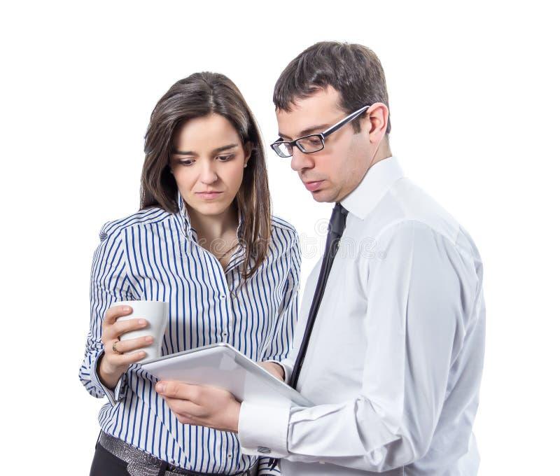Επιχειρηματίες που διαβάζουν τα έγγραφα σε μια ταμπλέτα στοκ εικόνες