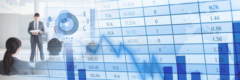 Επιχειρηματίες που διοργανώνουν μια συνεδρίαση με την οικονομική επίδραση μετάβασης αριθμών και διαγραμμάτων ελεύθερη απεικόνιση δικαιώματος