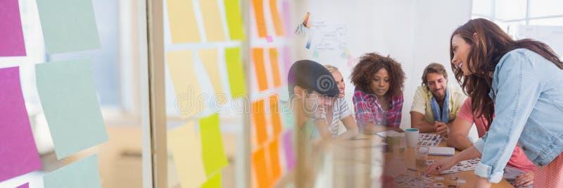 Επιχειρηματίες που διοργανώνουν μια συνεδρίαση με τη ζωηρόχρωμη κολλώδη επίδραση μετάβασης σημειώσεων στοκ εικόνα
