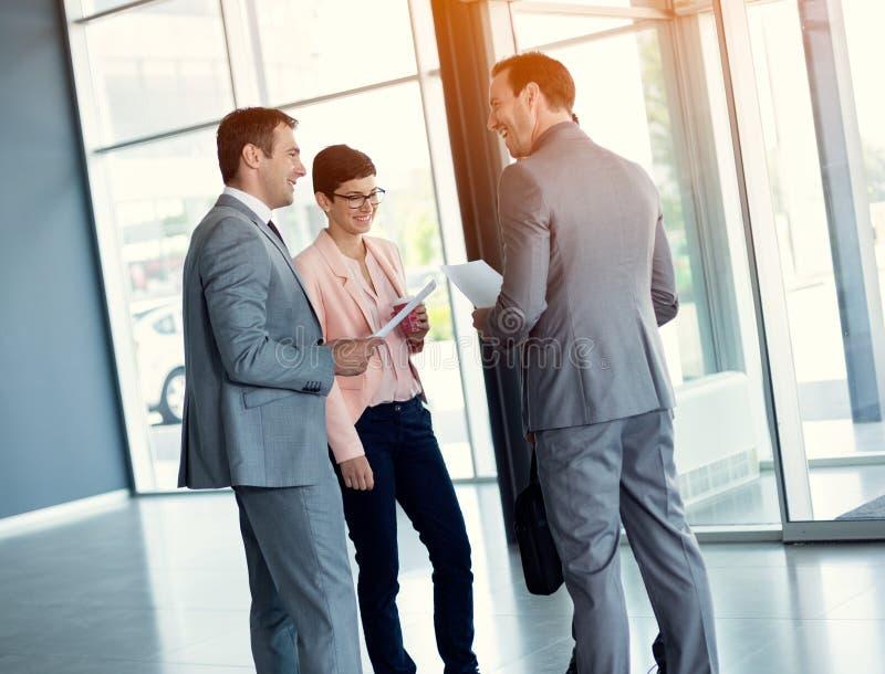 Επιχειρηματίες που διοργανώνουν την περιστασιακή συνεδρίαση στοκ εικόνα με δικαίωμα ελεύθερης χρήσης