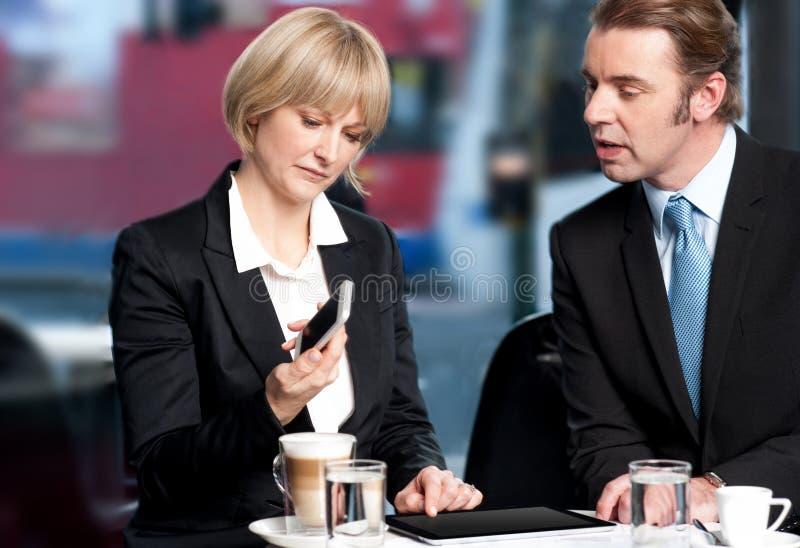 Επιχειρηματίες που διοργανώνουν τη συζήτηση στον καφέ στοκ φωτογραφίες