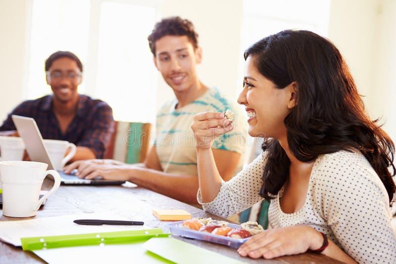 Επιχειρηματίες που διοργανώνουν τη συνεδρίαση και που τρώνε τα σούσια στοκ φωτογραφία με δικαίωμα ελεύθερης χρήσης