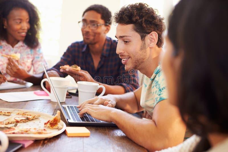 Επιχειρηματίες που διοργανώνουν τη συνεδρίαση και που τρώνε την πίτσα στοκ εικόνες με δικαίωμα ελεύθερης χρήσης