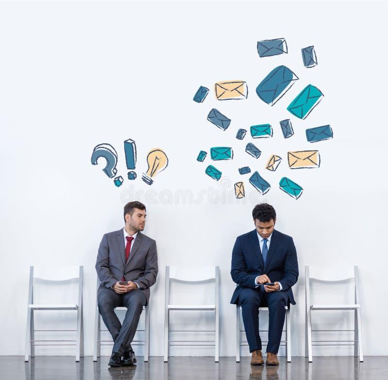Επιχειρηματίες που κάθονται στις καρέκλες ελεύθερη απεικόνιση δικαιώματος