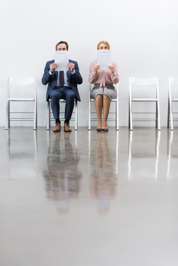 Επιχειρηματίες που κάθονται στις καρέκλες στοκ φωτογραφία