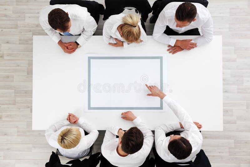 Επιχειρηματίες που κάθονται τον κενό πίνακα στοκ εικόνες με δικαίωμα ελεύθερης χρήσης