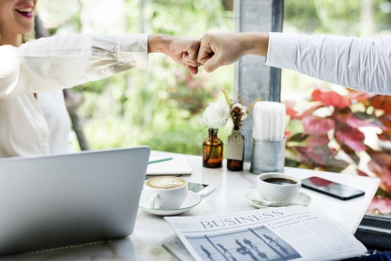 Επιχειρηματίες που κάνουν μια πρόσκρουση πυγμών στοκ εικόνες