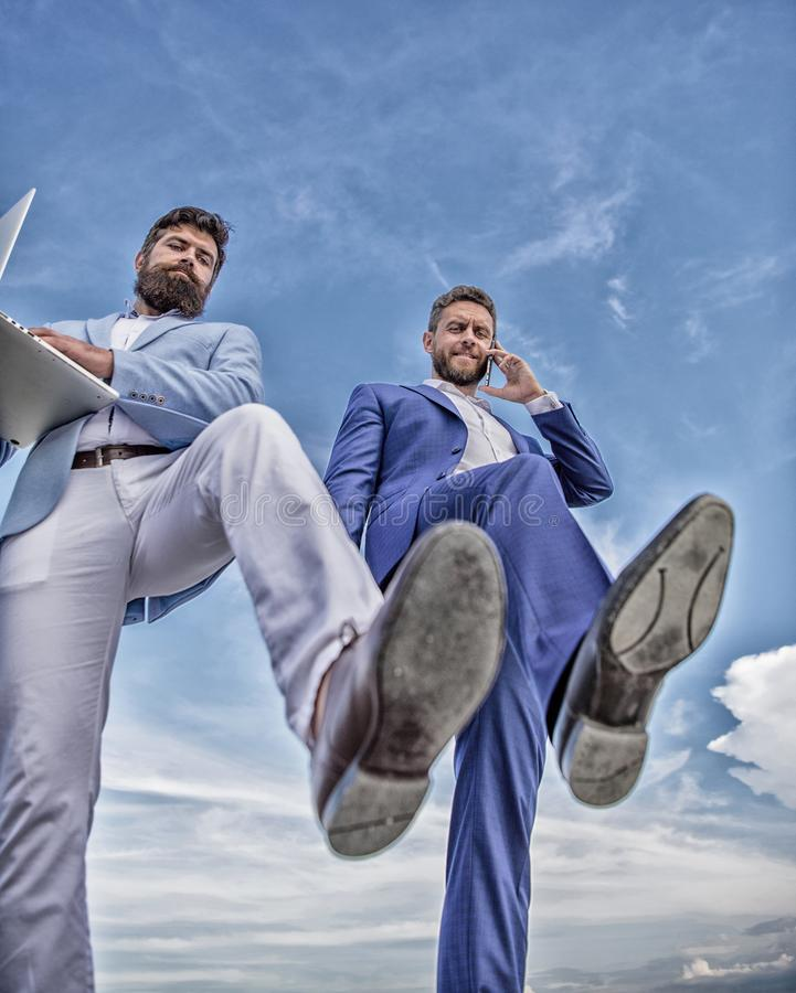 Επιχειρηματίες που κάνουν την κατώτατη άποψη βημάτων Ερχομός επιχειρησιακών τεχνολογιών Ανταγωνιστικότητα συντριβής Συνέταιρος πο στοκ φωτογραφία με δικαίωμα ελεύθερης χρήσης
