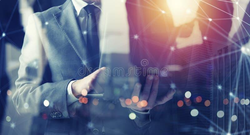 Επιχειρηματίες που λειτουργεί με το lap-top του Νεοσύστατη εταιρεία έννοιας διπλή έκθεση στοκ φωτογραφίες