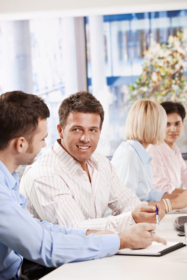 Download Επιχειρηματίες που μιλούν στην επιχειρησιακή συνεδρίαση Στοκ Εικόνα - εικόνα από άκουσμα, επίδειξη: 22784707