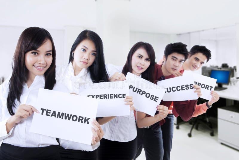 Επιχειρηματίες που παρουσιάζουν έγγραφα στο γραφείο στοκ εικόνες