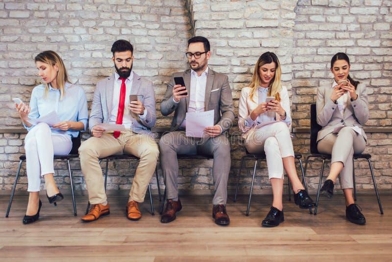 Επιχειρηματίες που περιμένουν τη συνέντευξη εργασίας στοκ φωτογραφίες