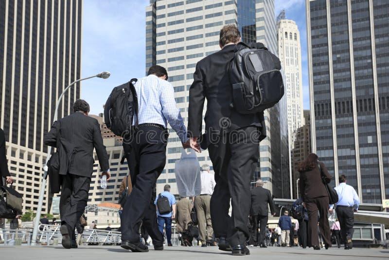 Επιχειρηματίες που περπατούν στην οδό στοκ φωτογραφία με δικαίωμα ελεύθερης χρήσης