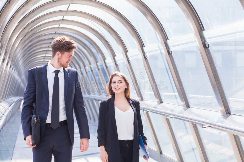 Επιχειρηματίες που περπατούν στο εσωτερικό διαδρόμων γραφείων στοκ φωτογραφίες με δικαίωμα ελεύθερης χρήσης