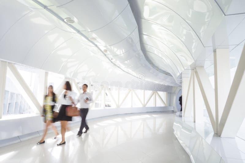 Επιχειρηματίες που περπατούν στο διάδρομο γραφείων στοκ φωτογραφία με δικαίωμα ελεύθερης χρήσης