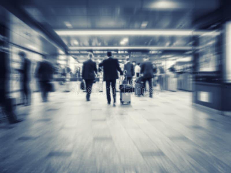 Επιχειρηματίες που περπατούν το επιχειρησιακό ταξίδι κατόχων διαρκούς εισιτήριου σταθμών τρένου στοκ φωτογραφίες
