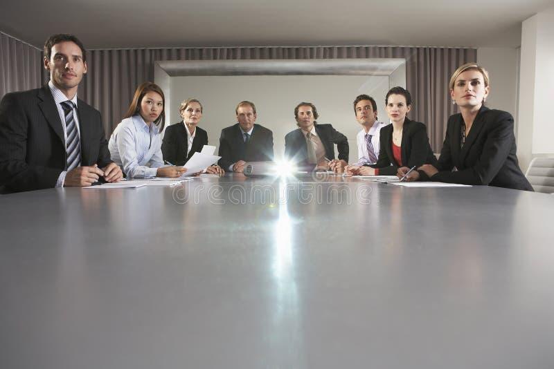 Επιχειρηματίες που προσέχουν την παρουσίαση στη αίθουσα συνδιαλέξεων στοκ εικόνες