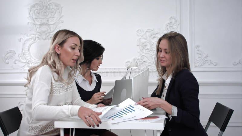 Επιχειρηματίες που συζητούν και που εργάζονται μαζί κατά τη διάρκεια μιας συνεδρίασης στην αρχή στοκ εικόνα με δικαίωμα ελεύθερης χρήσης