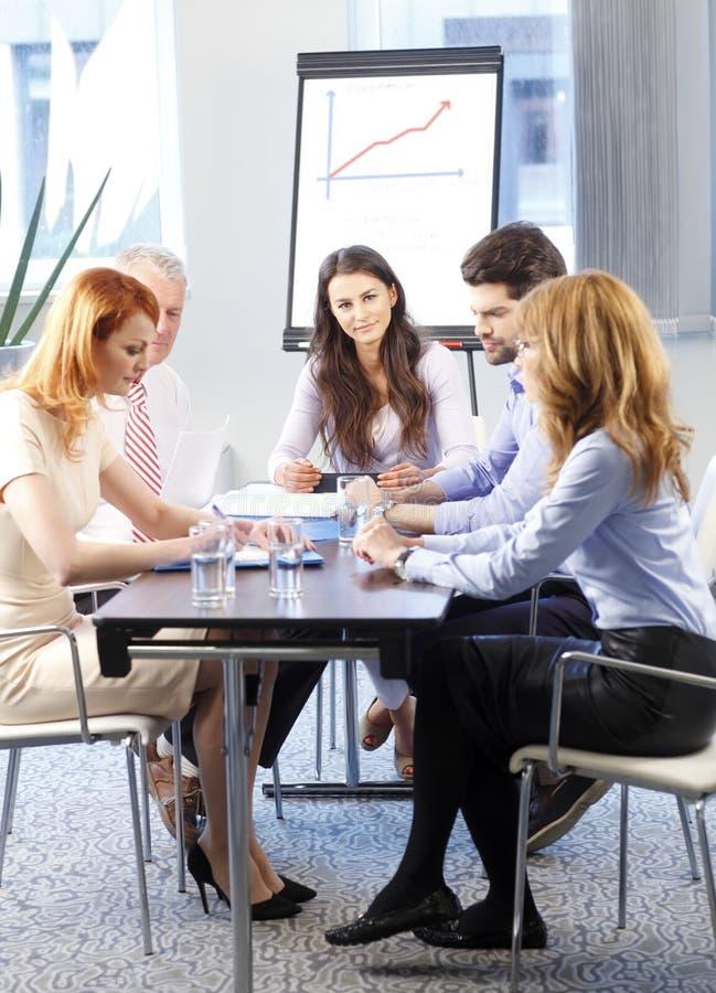 Επιχειρηματίες που συζητούν στη συνεδρίαση στοκ εικόνες