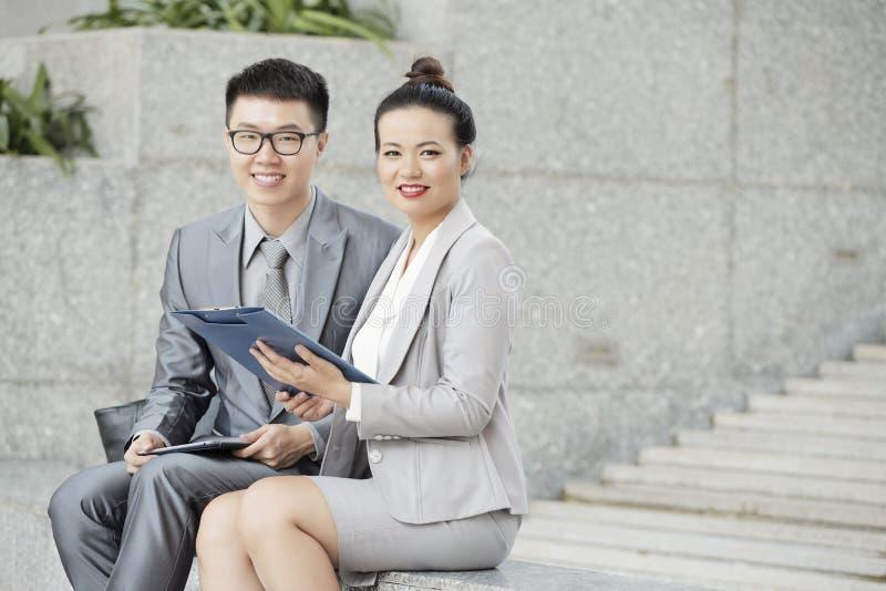 Επιχειρηματίες που συζητούν τη σύμβαση στοκ εικόνες