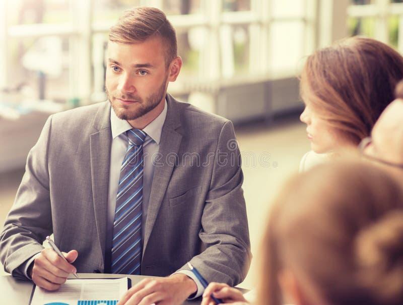 Επιχειρηματίες που συναντιούνται στο γραφείο στοκ εικόνα με δικαίωμα ελεύθερης χρήσης