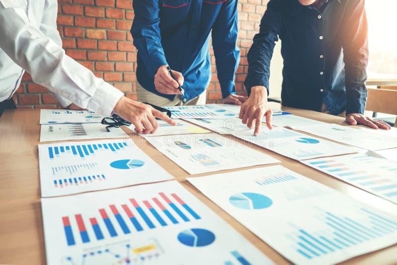 Επιχειρηματίες που συναντούν την έννοια ανάλυσης στρατηγικής προγραμματισμού στοκ φωτογραφία