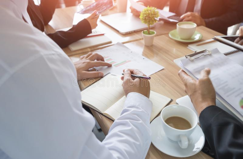 Επιχειρηματίες που συναντούν την εταιρική έννοια ομαδικής εργασίας επικοινωνίας στοκ εικόνες