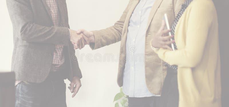 Επιχειρηματίες που συναντούν την εταιρική έννοια χαιρετισμού χειραψιών στοκ φωτογραφίες με δικαίωμα ελεύθερης χρήσης