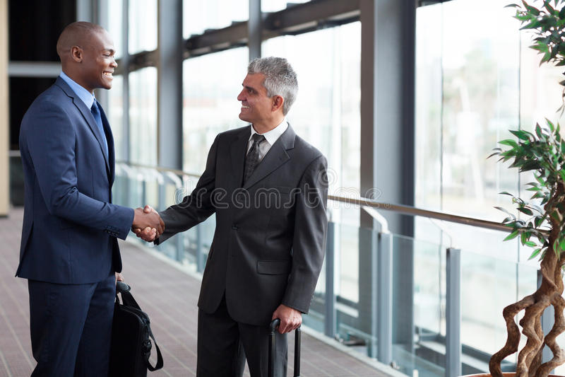 Επιχειρηματίες που συναντούν τον αερολιμένα στοκ εικόνα με δικαίωμα ελεύθερης χρήσης