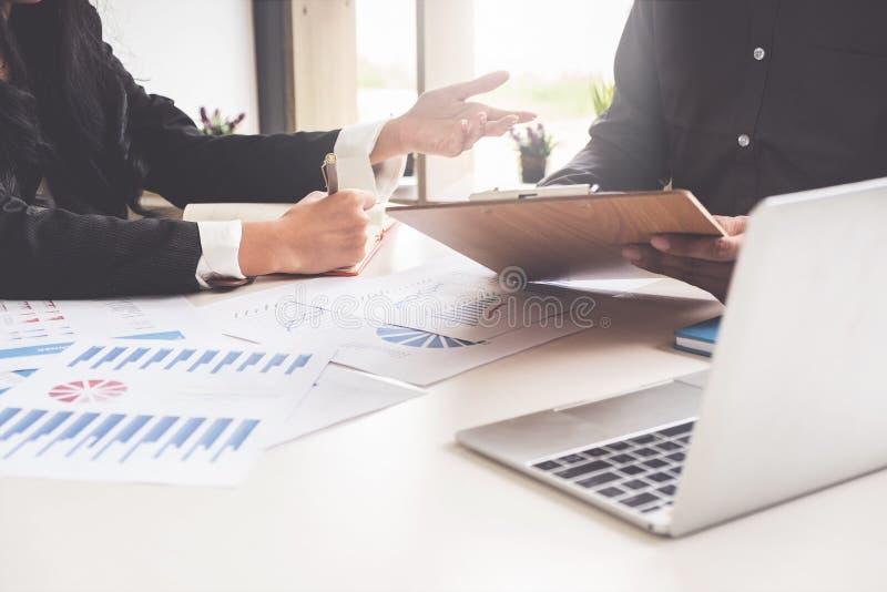 Επιχειρηματίες που συναντούν τον προϋπολογισμό προγραμματισμού και το κόστος, έννοια ανάλυσης στρατηγικής στοκ εικόνες με δικαίωμα ελεύθερης χρήσης