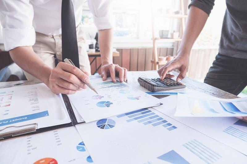 Επιχειρηματίες που συναντούν τον προϋπολογισμό προγραμματισμού και το κόστος, έννοια ανάλυσης στρατηγικής στοκ φωτογραφίες με δικαίωμα ελεύθερης χρήσης