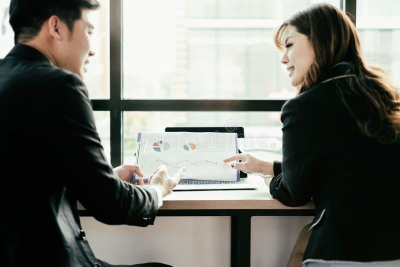 Επιχειρηματίες που συναντούν το 'brainstorming' και που συζητούν το πρόγραμμα μαζί στην αρχή, έννοια ομαδικής εργασίας στοκ εικόνα με δικαίωμα ελεύθερης χρήσης