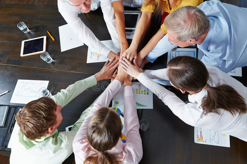 Επιχειρηματίες που συσσωρεύουν τα χέρια ως έννοια ομαδικής εργασίας στοκ εικόνα με δικαίωμα ελεύθερης χρήσης
