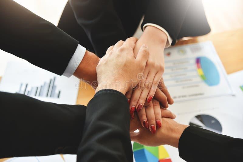 Επιχειρηματίες που συσσωρεύουν τα χέρια στοκ εικόνα με δικαίωμα ελεύθερης χρήσης