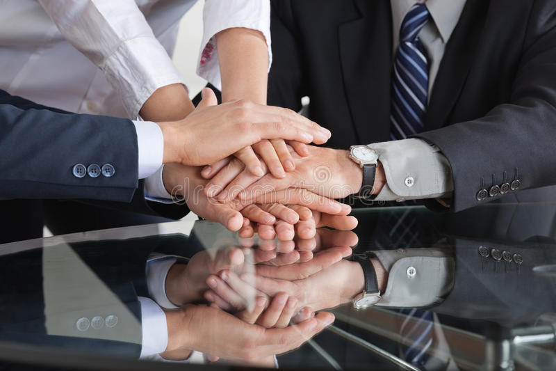 Επιχειρηματίες που συσσωρεύουν τα χέρια στοκ εικόνες