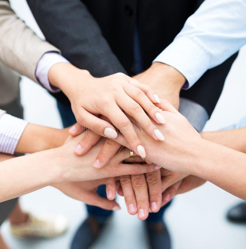 Επιχειρηματίες που συσσωρεύουν τα χέρια στοκ εικόνες με δικαίωμα ελεύθερης χρήσης