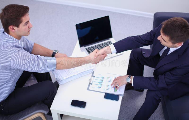 Επιχειρηματίες που τινάζουν τα χέρια, που απομονώνονται στο άσπρο υπόβαθρο στοκ φωτογραφία