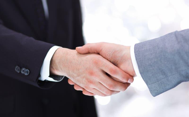Επιχειρηματίες που τινάζουν τα χέρια, που απομονώνονται στο λευκό στοκ φωτογραφίες με δικαίωμα ελεύθερης χρήσης