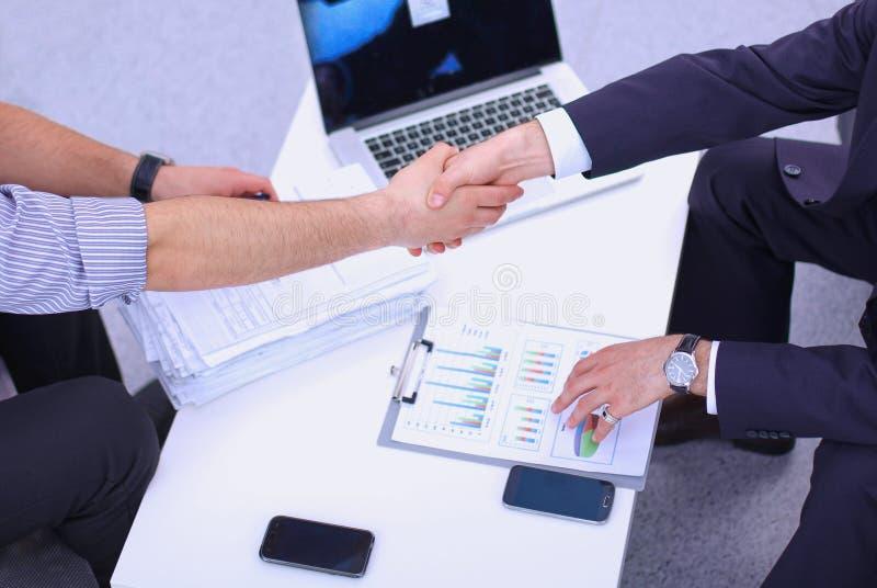 Επιχειρηματίες που τινάζουν τα χέρια, που απομονώνονται στο λευκό στοκ φωτογραφία με δικαίωμα ελεύθερης χρήσης