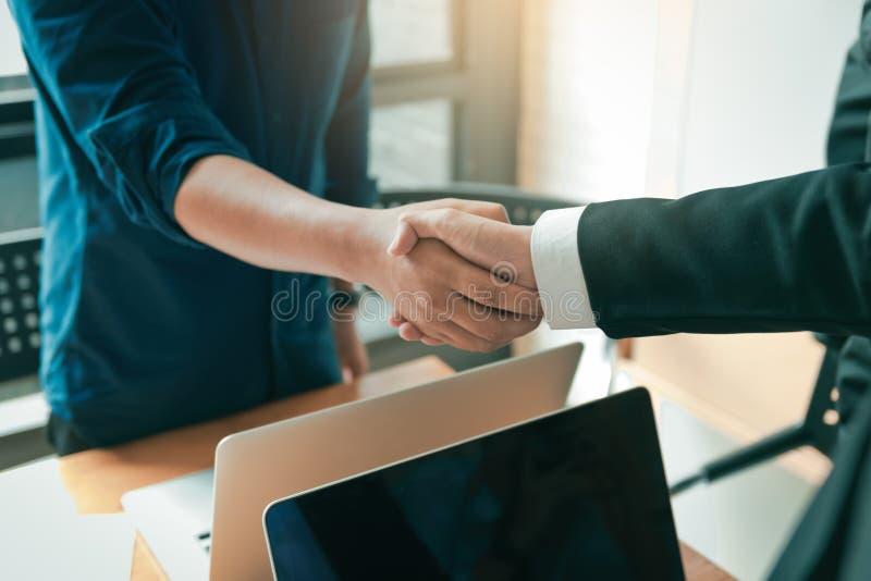 Επιχειρηματίες που τινάζουν τα χέρια κατά τη διάρκεια μιας συνεδρίασης στο δωμάτιο γραφείων στοκ φωτογραφία με δικαίωμα ελεύθερης χρήσης