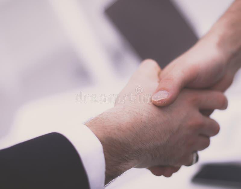 Επιχειρηματίες που τινάζουν τα χέρια, στο λευκό στοκ εικόνες με δικαίωμα ελεύθερης χρήσης