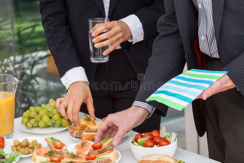 Επιχειρηματίες που τρώνε το μεσημεριανό γεύμα στοκ εικόνα με δικαίωμα ελεύθερης χρήσης