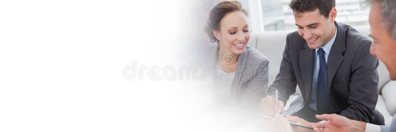 Επιχειρηματίες που υπογράφουν τη συμφωνία εγγράφου με τη μετάβαση στοκ εικόνα